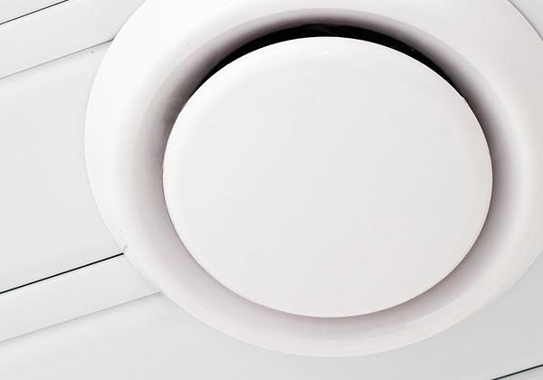 Ventilatierooster op de kop installatie